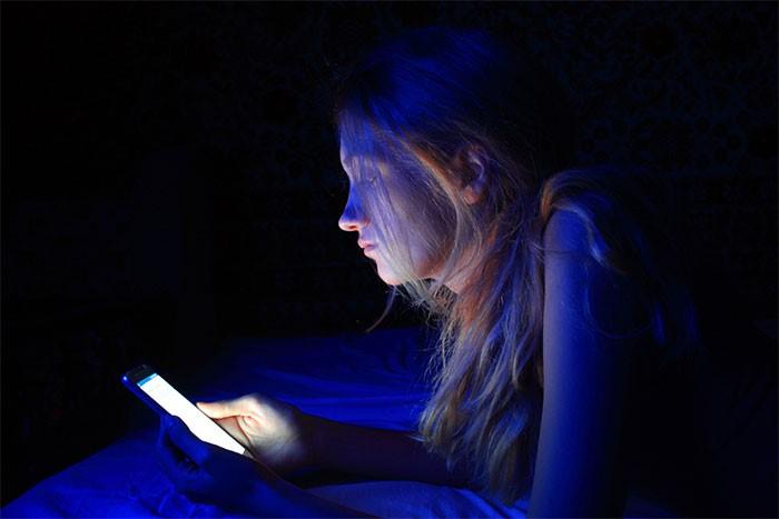 Ánh sáng xanh là mối đe dọa khủng khiếp đối với đôi mắt