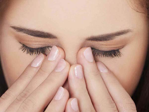 Người bệnh cảm thấy đau, nhức ở vùng hốc mắt kèm với đau đầu