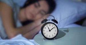 Ngủ đủ 7-8 tiếng/ ngày giúp mắt được nghỉ ngơi