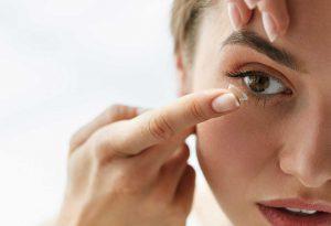 Thường xuyên đeo kính áp tròng khiến mắt bị khô