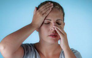 Đối tượng dễ bị viêm xoang là những người có vấn đề về cơ thể học như vẹo vách ngăn mũi, phì đại cuốn mũi