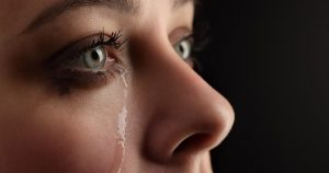 Nếu mắt không đau thì triệu chứng chảy nước mắt thường không quá nghiêm trọng. Có thể khỏi nếu dùng thuốc nhỏ mắt.
