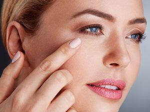 Massage mắt giúp làm mờ nếp nhăn mắt
