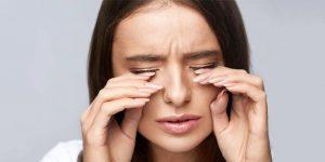 Nếu phát hiện những dấu hiệu bất thường như đau rát mắt khi nhỏ thuốc thì nên ngừng sử dụng